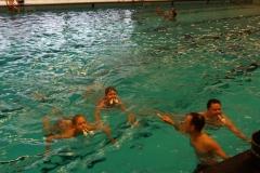 Zoveel mogelijk pingpong ballen over zwemmen.