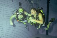 Trimmen en zwemmen zonder masker. Met de hulp van je buddy dan lukt het wel.