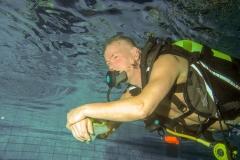 Zwemmen zonder masker, masker op zetten en leeg maken.